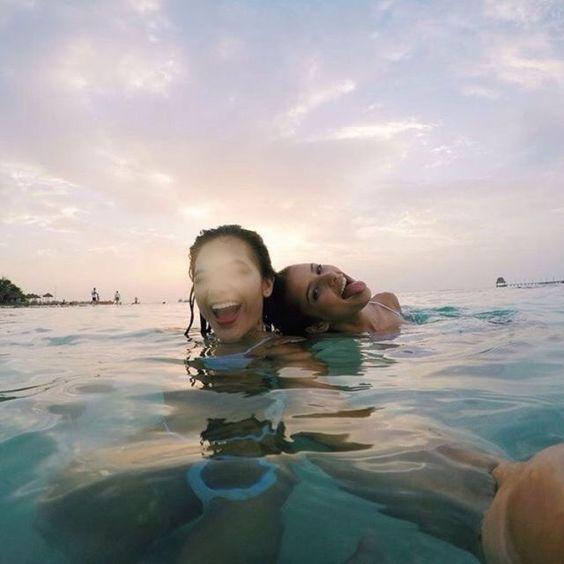 fotos com amiga na piscina