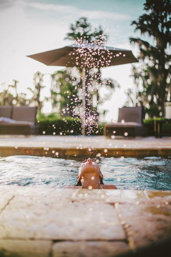 fotos criativas na piscina tumblr respingos de água