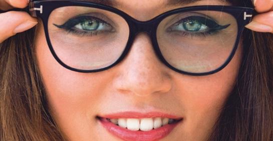 mulher com duas mãos nos óculos de grau