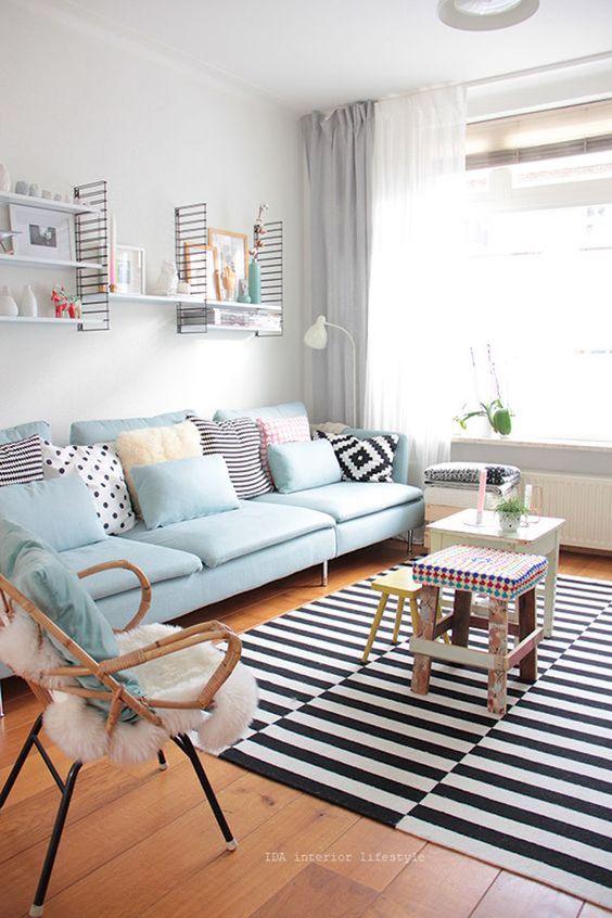 sala colorida e geométrica com tapete