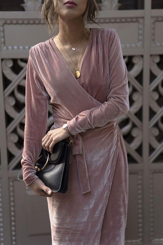 vestido envelope de veludo rosa