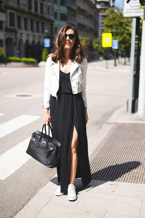 vestido preto com fenda, jaqueta de couro branco e all star