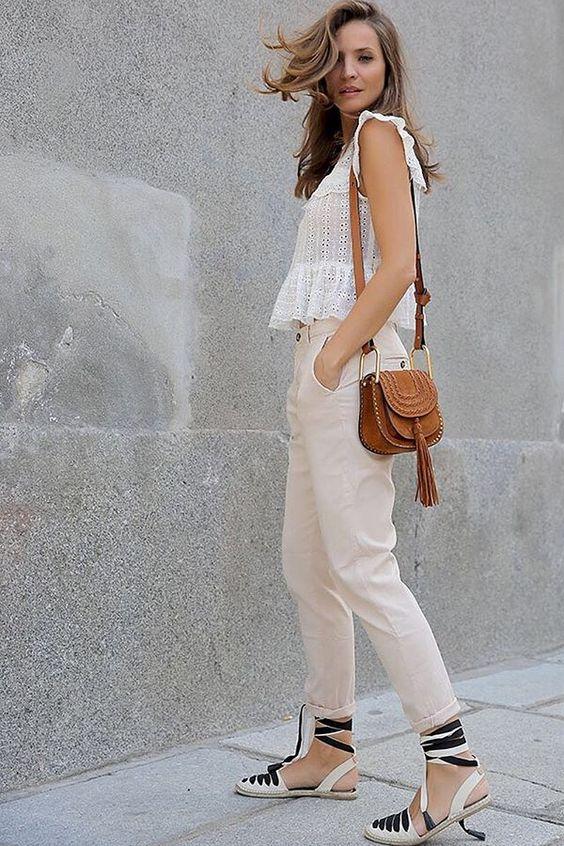 blusa de renda, calça jeans clara e espadrilles