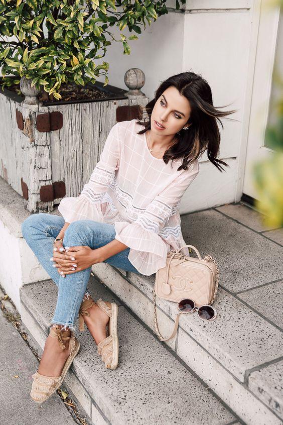 blusa de renda, calça jeans e espadrilles e bolsa chanel