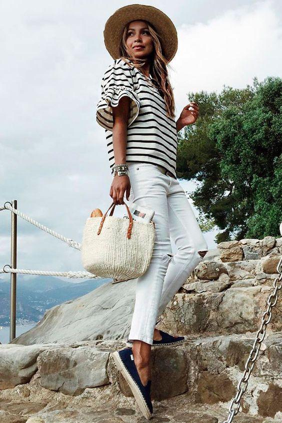 blusa listrada, calça branca,bolsa de palha e espadrilles
