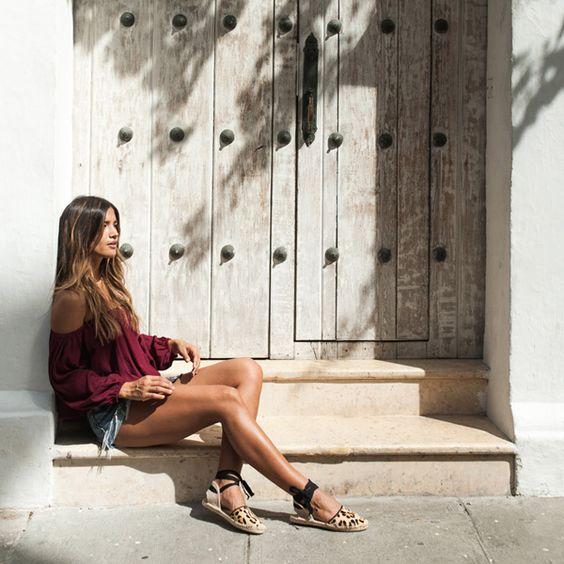 blusa vinho, shorts jeans e espadrilles de oncinha