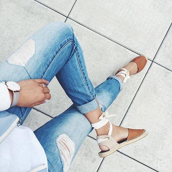 calça jeans e espadrilles