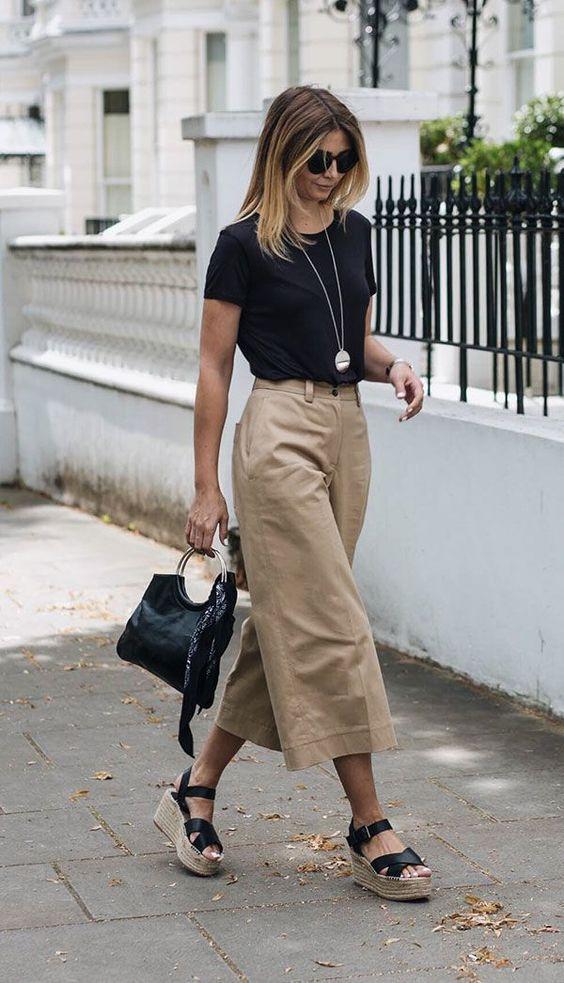 camiseta preta, calça pantacourt bege e espadrilles