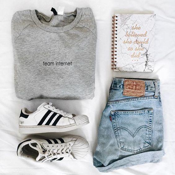 combo shorts jeans, camiseta cinza e tênis adidas branco