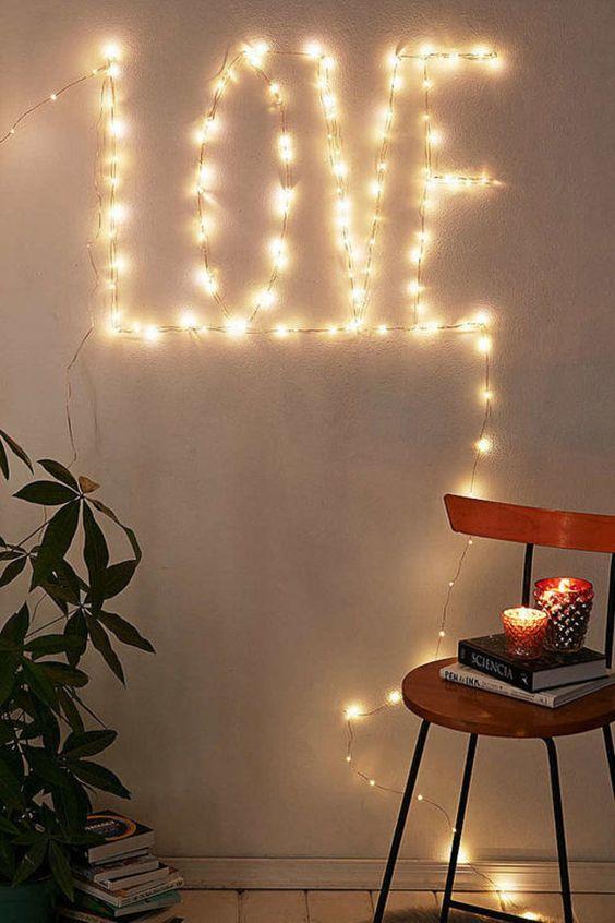 decoração iluminação com pisca pisca escrito na parede