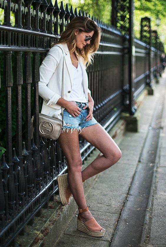 espadrille de salto alto e blusa branca com shorts jeans