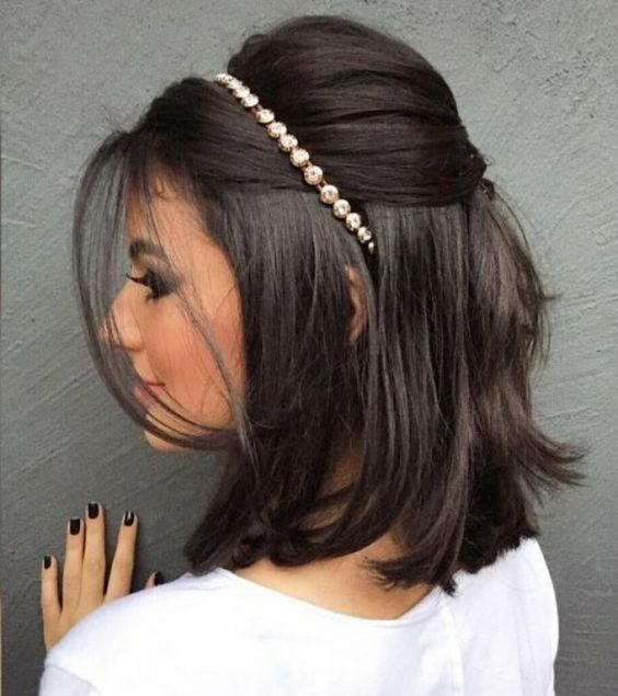 penteado madrinha de casamento cabelo curto com tiara