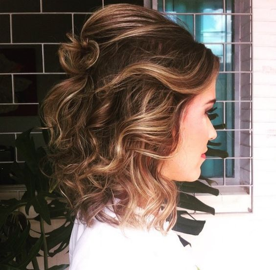 penteado madrinha de casamento durante o dia cabelo curto