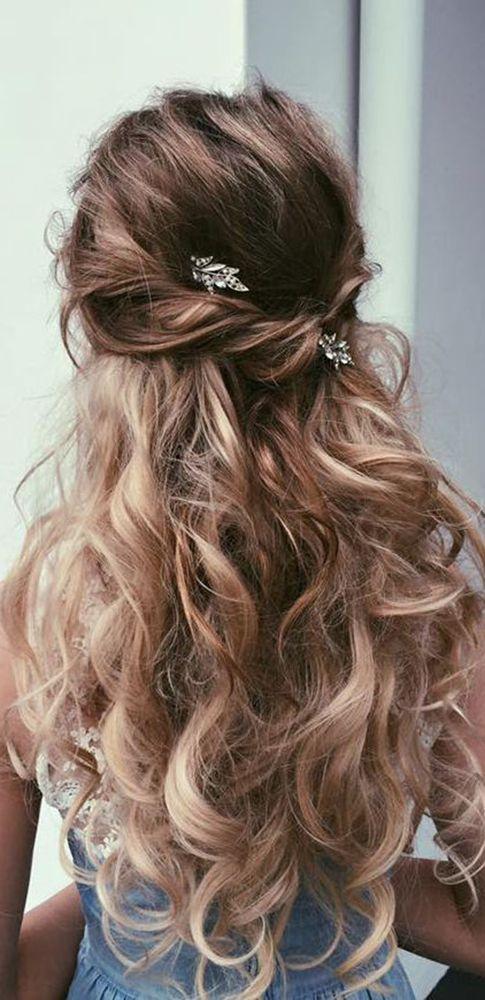 penteado madrinha de casamento durante o dia solto