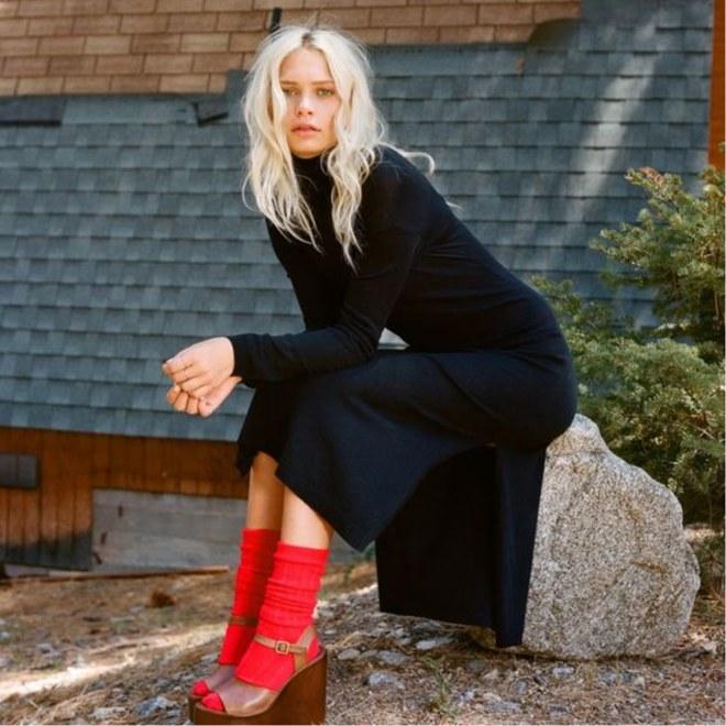 sandália com meia vermelha e vestido preto
