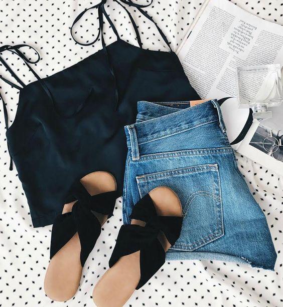 shorts jeans e blusa de alça preta