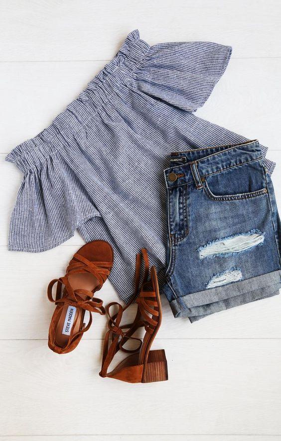 shorts jeans e blusa de ombro a ombro