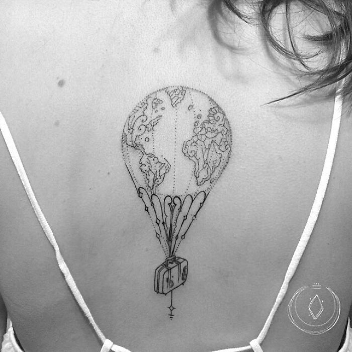 tatuagem nas costas de balão e mala