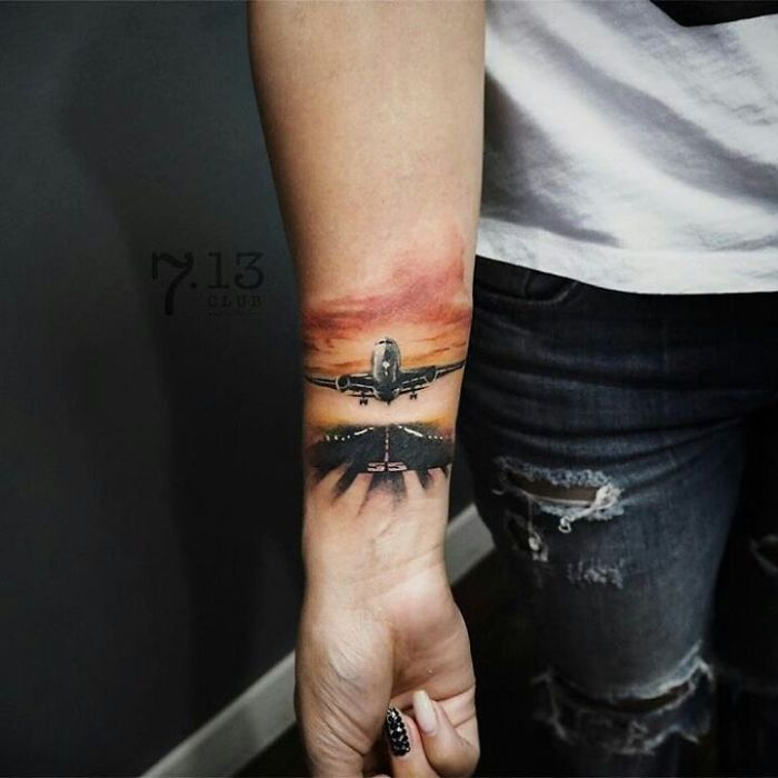 tatuagem no braço de avião