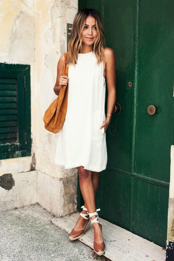 vestido branco, espadrilles e bolsa caramelo