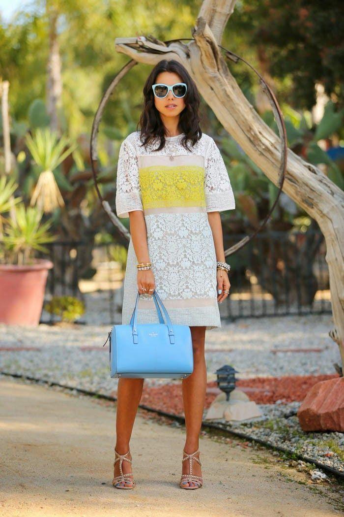 vestido de renda branco com bolsa colorida