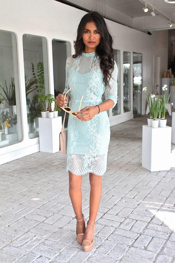 vestido de renda curto azul claro