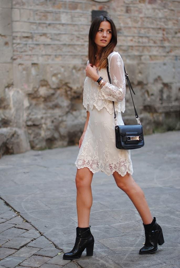 vestido de renda curto branco com bolsa preta