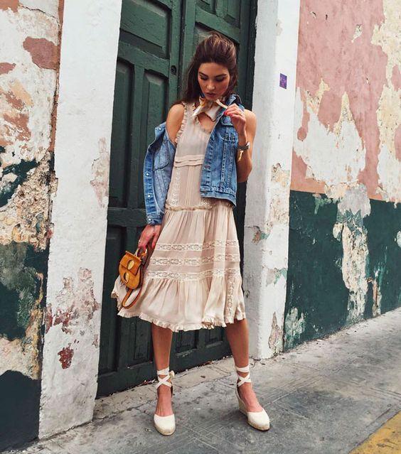 vestido romântico, colete jeans e espadrilles