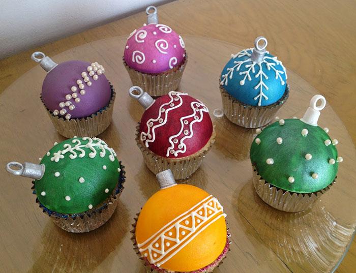 cupcake de natal bolinhas coloridas de árvore