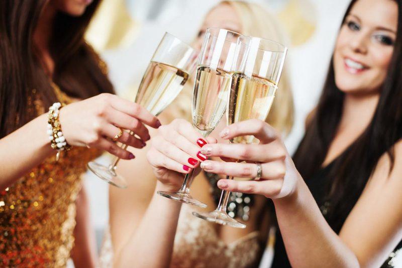 mulheres brindando champagne