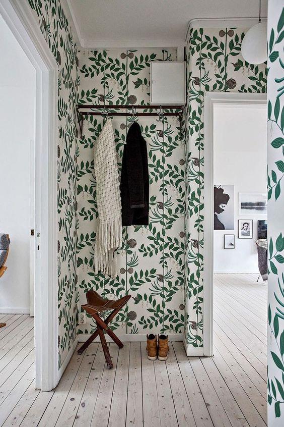 papel de parede de folhas no corredor