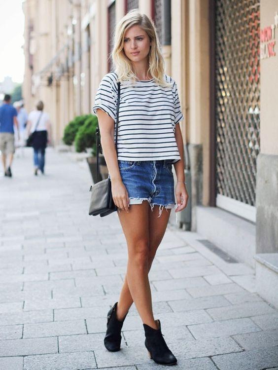 blusa listrada branca e preto com shorts jeans
