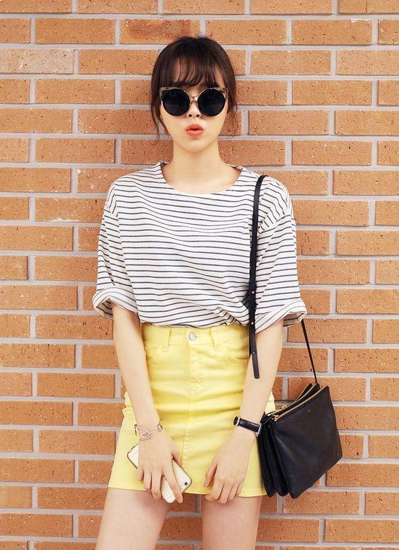 blusa listrada branco e preto com saia amarela
