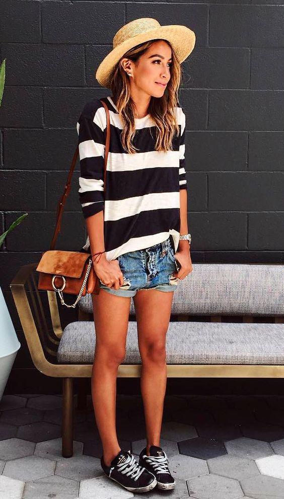 blusa listrada branco e preto, shorts jeans e chapéu de palha