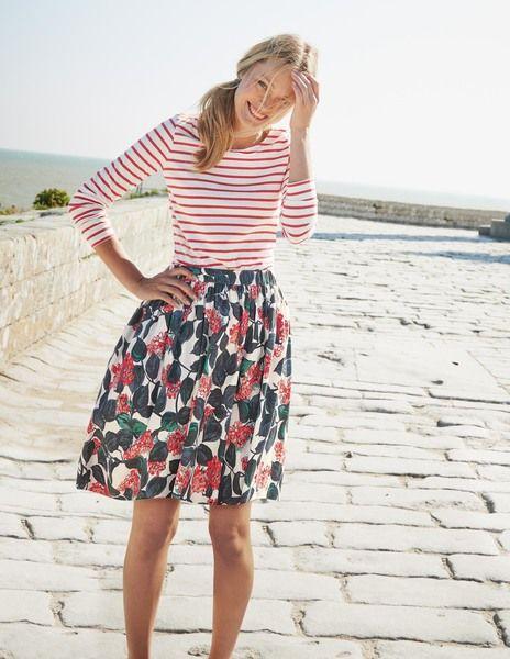 blusa listrada branco e vermelha com saia florida