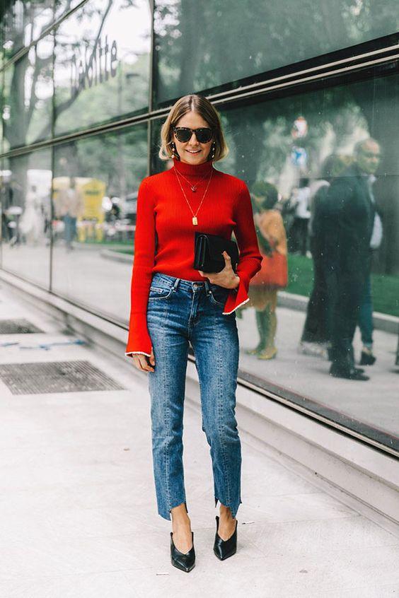 blusa vermelha, calça jeans e scarpin v neck