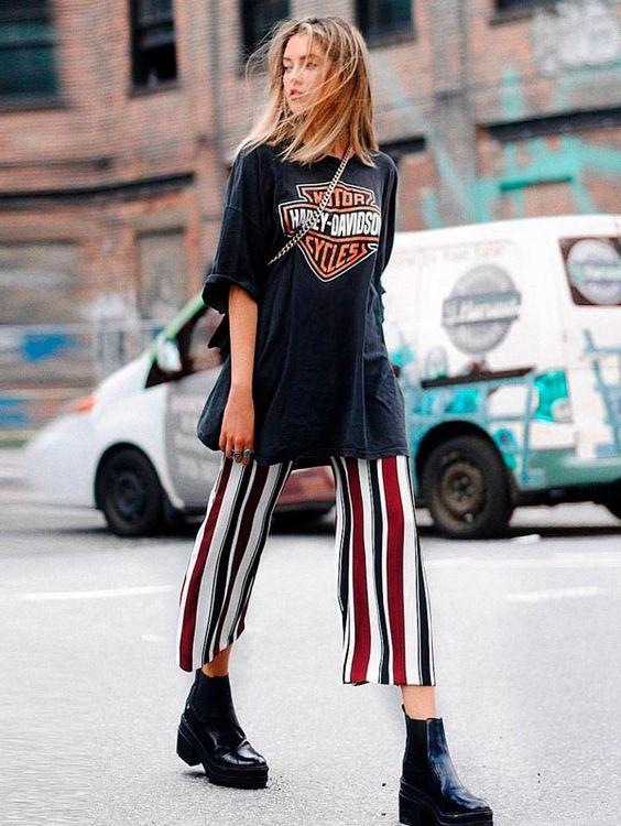 calça listrada colorida e camiseta