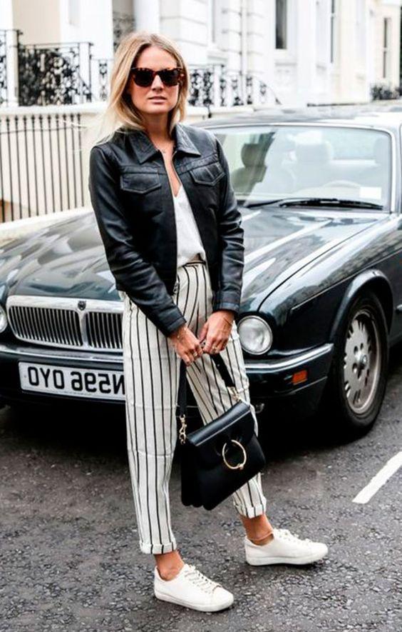 calça pantacourt listrada branco e prete, camiseta e jaqueta de couro