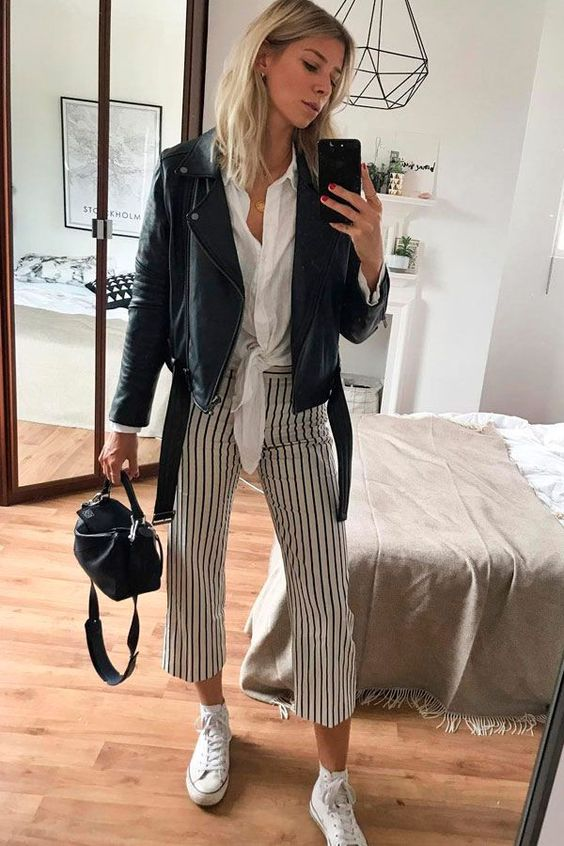 calça pantacourt listrada, camisa branca e jaqueta de couro