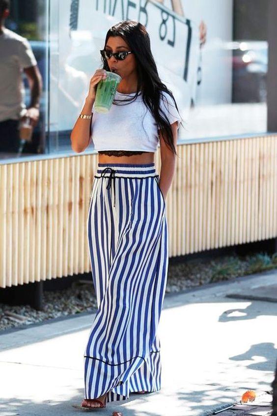 calça pantalona listrada branco e azul com top cropped branco