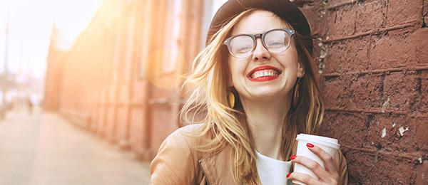 mulher sorrindo e feliz