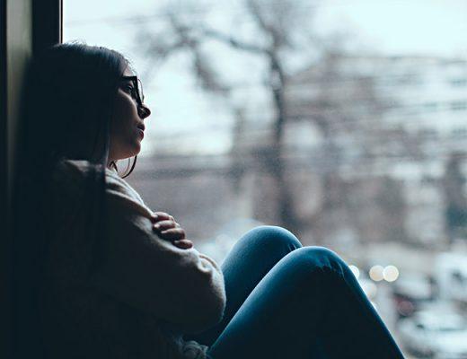 mulher triste na janela