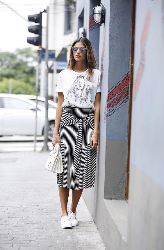 saia listrada branco e preto e camiseta