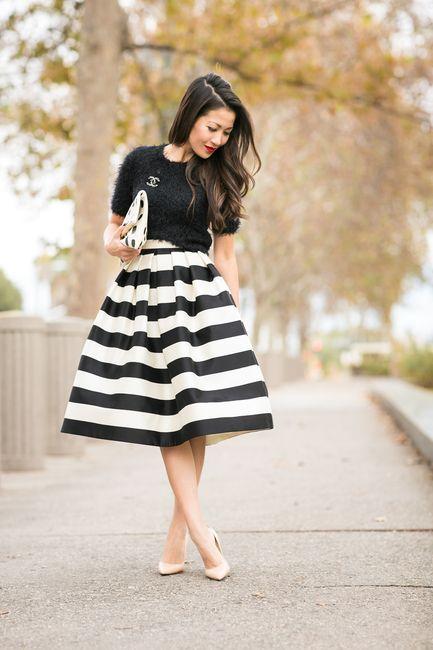 saia midi listrada branco e preto com blusa preta