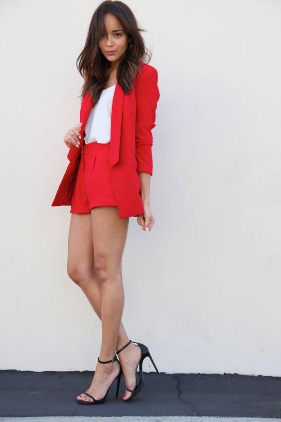 shorts e blazer vermelho alfaiataria com camiseta branca