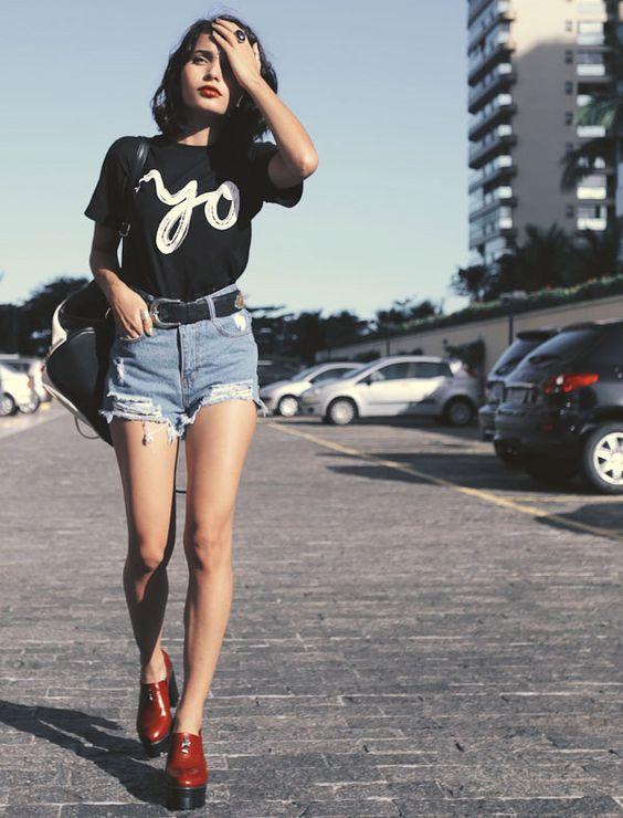shorts jeans desfiado cintura alta e camiseta preta