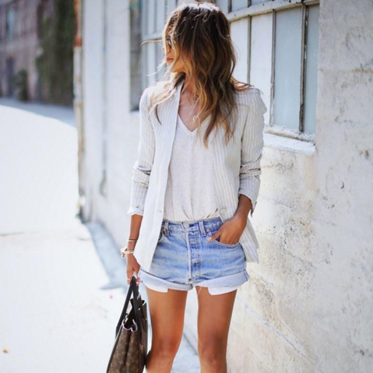 shorts jeans, regata branca e blazer branco listrado