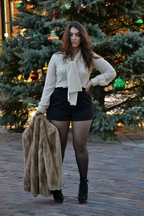 shorts preto e camisa branca look plus size