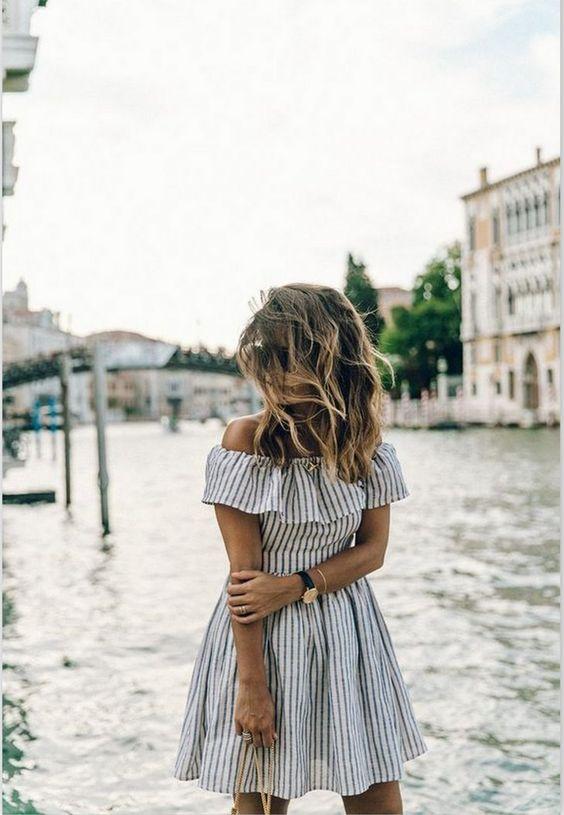 vestido listrado ombro a ombro
