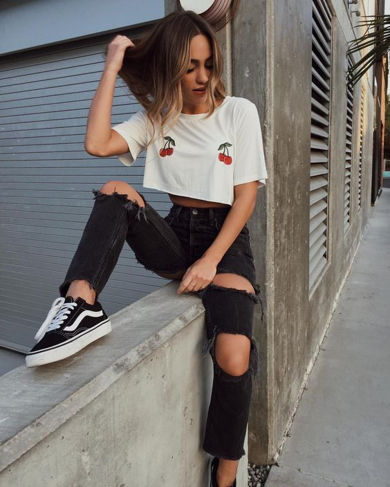 camiseta cropped, calça preta jeans e tênis vans